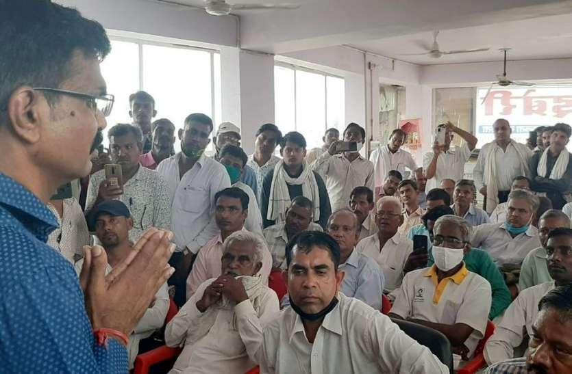 तीन जिलों के अभिकर्ताओं के साथ सैंकडों निवेशकों ने घेरा सहारा इंडिया का कार्यालय