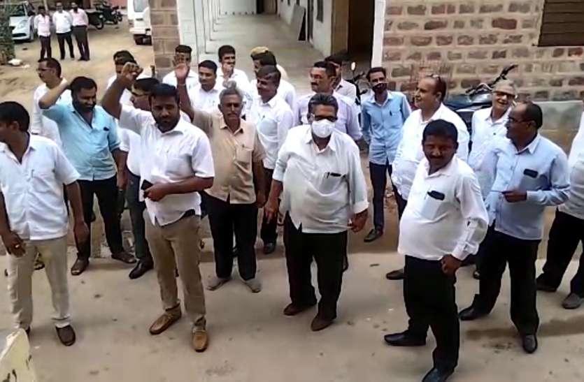 अधिवक्ताओं ने किया एक वकील का विरोध