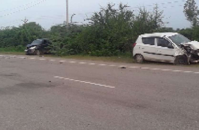 दो कार आमने-सामने से टकराई, तीन युवक घायल