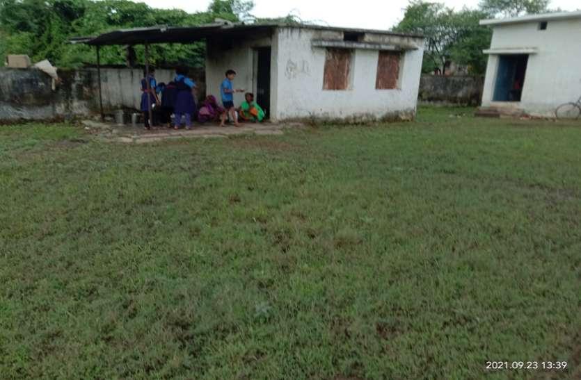 कीचड़ से गुजरकर स्कूल पहुंचने को मजबूर हैं बच्चे