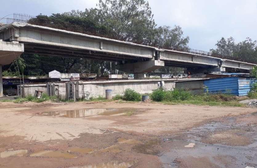 खजरी रेलवे ओवरब्रिज में तकनीकी पेंच, सीआरएस ने बताई कमियां
