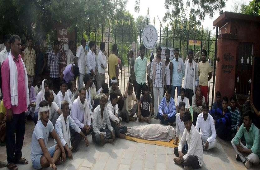 रिक्शा चालक की मौत, घना गेट बंद कर परिजनों ने किया प्रदर्शन