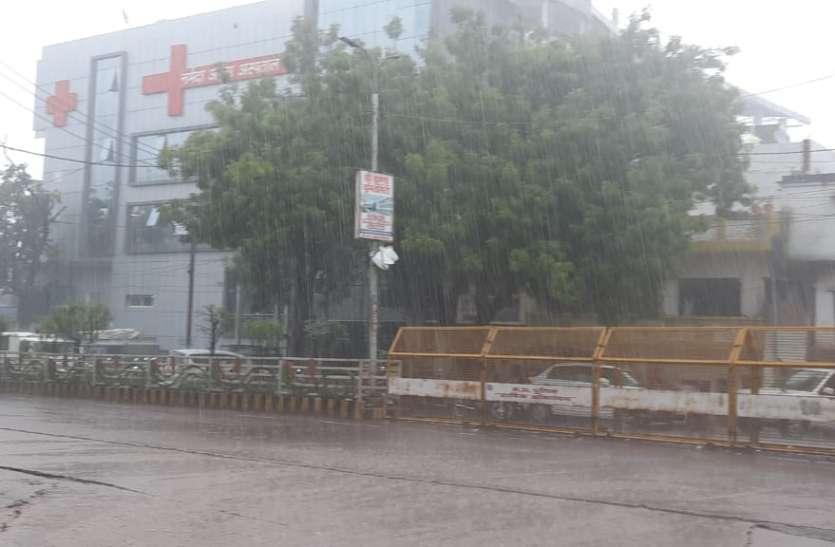 चक्रवात का असर, दिन में दो घंटे झमाझम बारिश, बिजली गिरने से पांच घायल