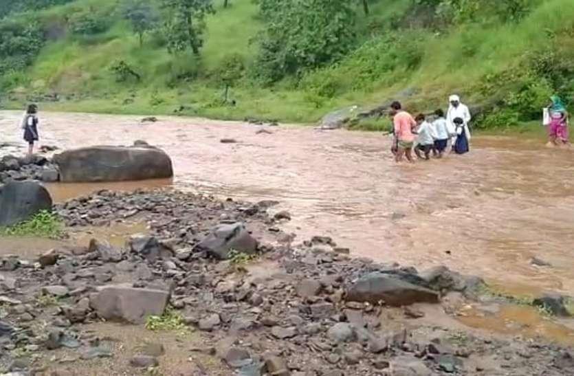 नदी पार कर जाना पड़ता है गांव