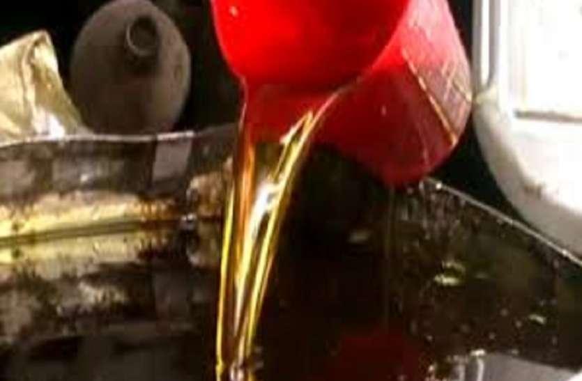 प्रतिबंध के बावजूद बाजार में बिक रहा खुला तेल