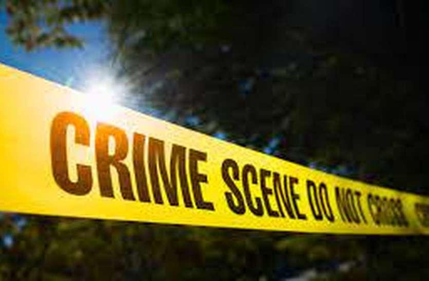वृद्धा को नीचे गिराकर चार युवकों ने सोने के जेवर लूटे