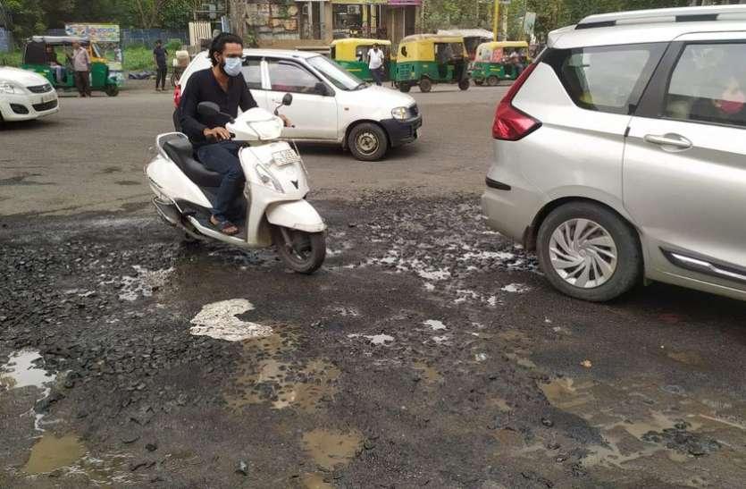 Surat/ बारिश में शहर की 529 सड़कें बन गई खस्ताहाल
