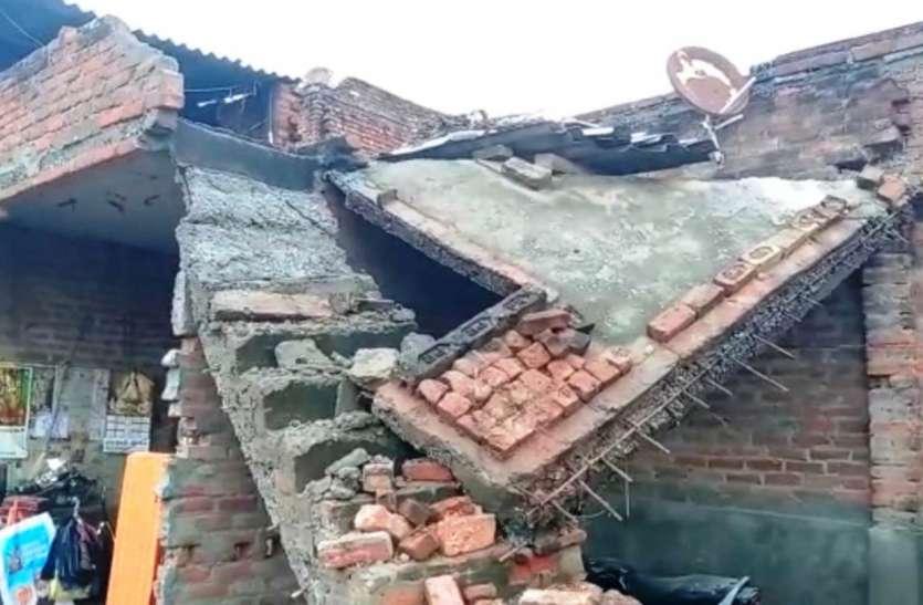 बारिश में गिरा महिला का मकान, पति की मौत के बाद दो बच्चों के साथ कर रही थी निवास