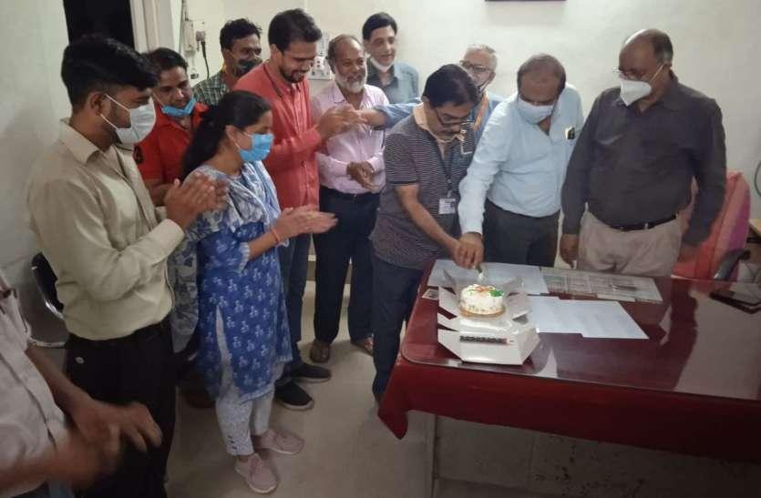 जिला अस्पताल में केक काटकर मनाया विश्व फार्मासिस्ट दिवस
