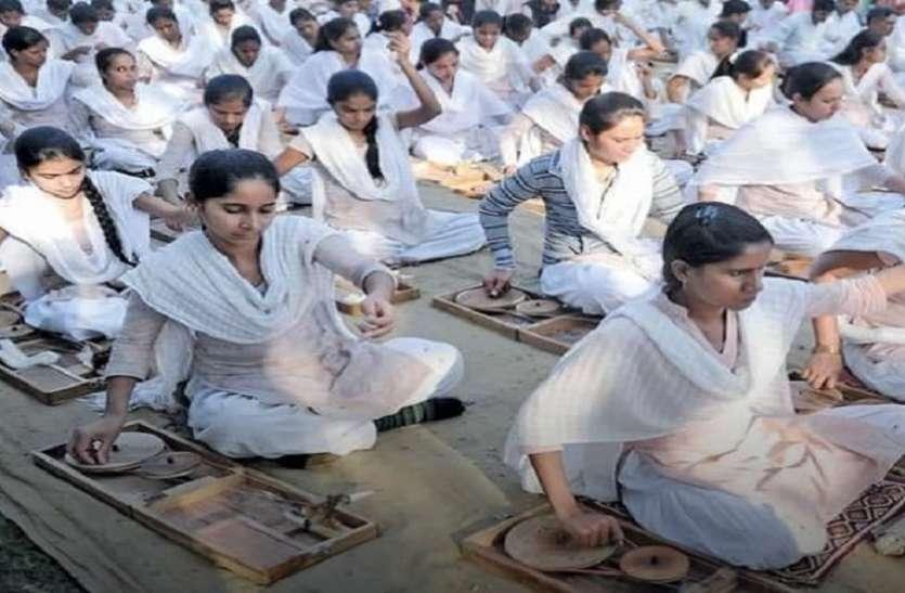 गुजरात विद्यापीठ जहां छात्र-छात्राओं से लेकर कुलनायक तक पहनते हैं खुद के बनाए 'खद्दर'