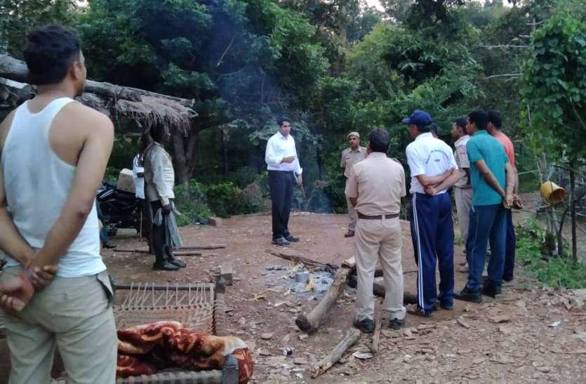 जुनी रणा में ग्रामीणों के साथ जंगल में तैनात वन विभाग के कर्मचारी