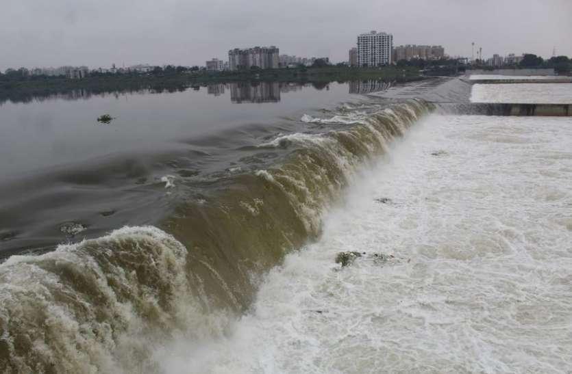 Surat/ उकाई बांध के 9 दरवाजे खोल 1.75 लाख क्यूसेक पानी का डिस्चार्ज