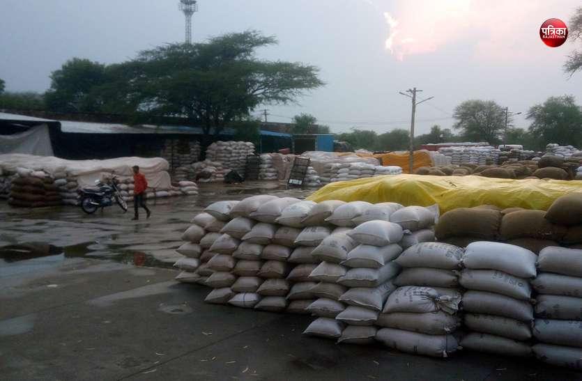 85 लाख का दे रहे टैक्स, फिर भी बारिश में भीग रही अन्नदाता की फसल