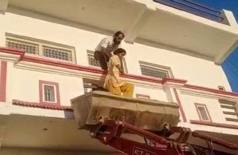 Quick Read: पत्नी की बहन को अगवा कर बनाया बंधक, जेसीबी की मदद से पुलिस ने छुड़ाया