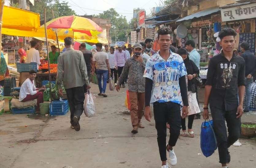 बाजार व सार्वजनिक स्थानों में लग रहा मजमा, ना मास्क, ना ही सोशल डिस्टेंस