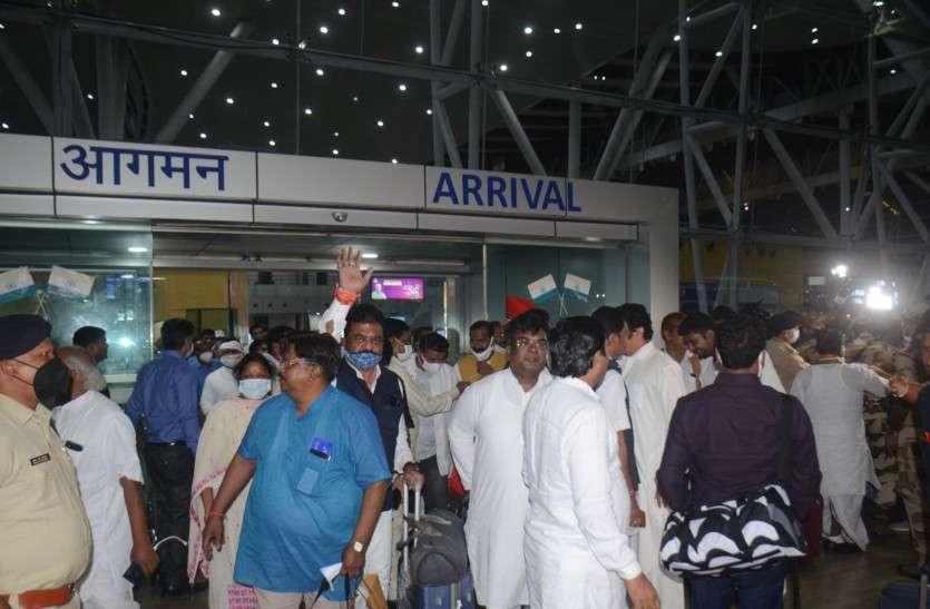 छत्तीसगढ़ का सियासी संकट: दिल्ली से वापस रायपुर पहुंचे 35 विधायक, बोले- सब ठीक है