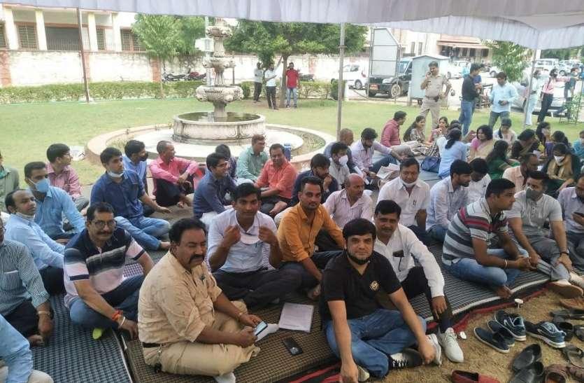 राजस्थान विश्वविद्यालय में शिक्षकों का सत्याग्रह जारी