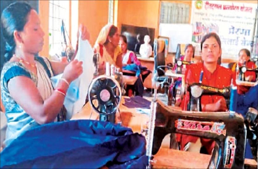 गांव की महिलाओं ने खुद को सशक्त बनाने बच्चों को पहनाई यूनिफार्म