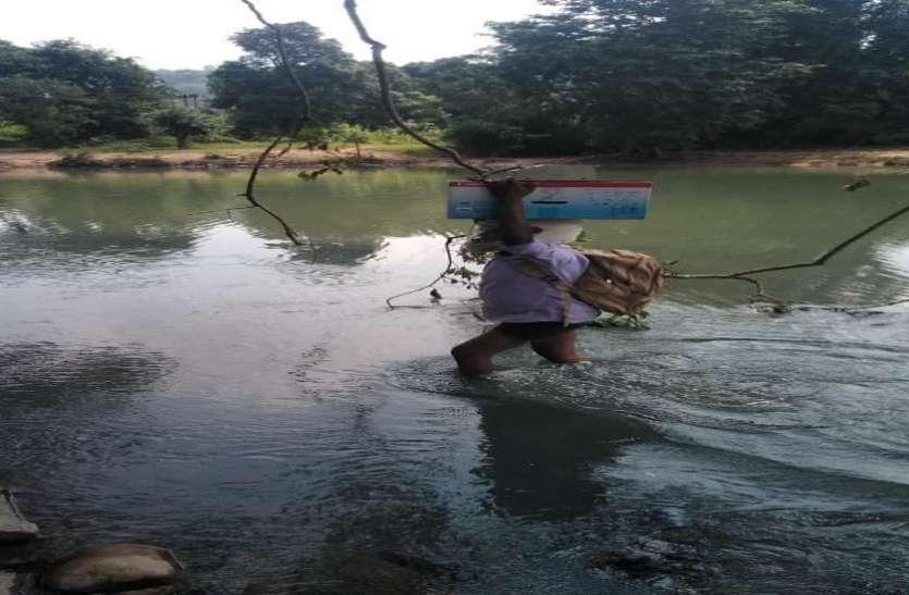 छबिलाल नदी पार कर पहुंचते हैं आयुष्मान और श्रम कार्ड बनाने