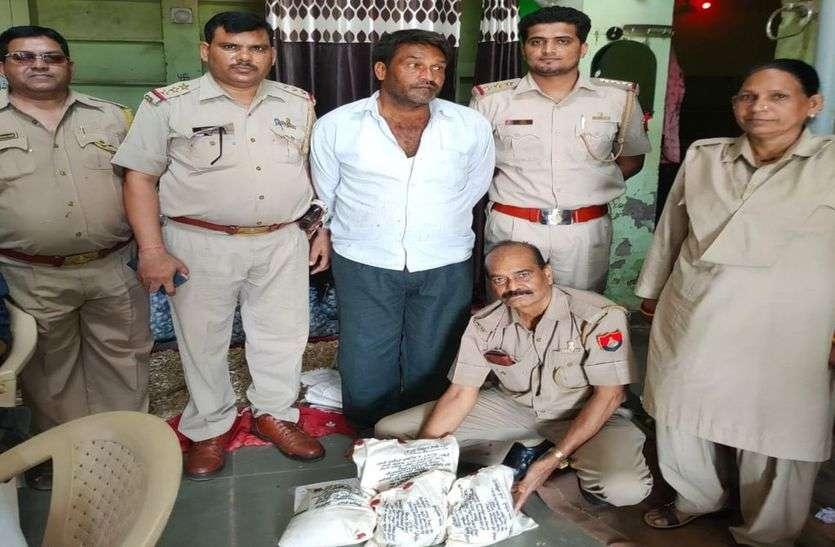 मकान पर दबिश, साढे सात किलो अफीम पकड़ी, एक गिरफ्तार