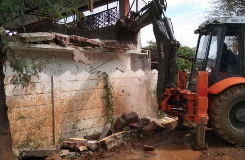 15 दिन पूर्व की थी तार फेंसिंग, जमीन निकली सरकारी, प्रशासन ने हटाया कब्जा