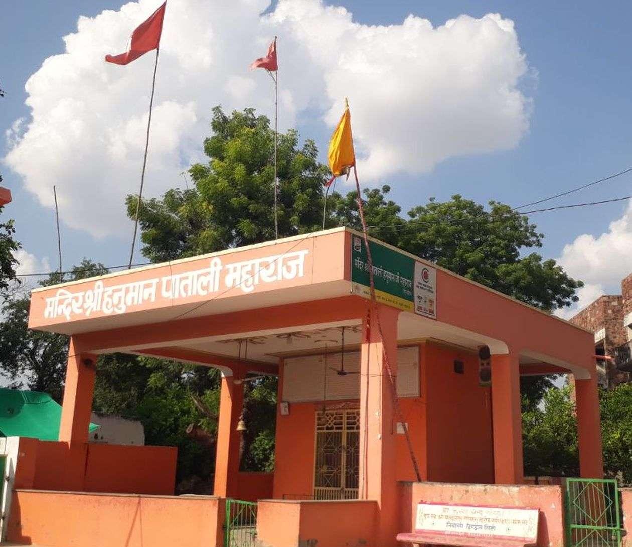 हनुमानजी के कंधों पर विराजित हैं भगवान राम व लक्ष्मण