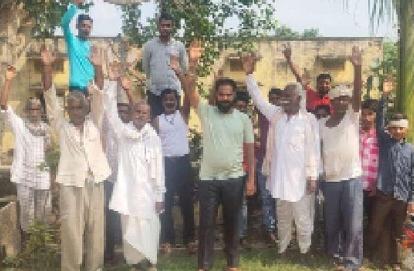 लाइनों के नीचे से काटे बड़े पेड़,ग्रामीणों ने विरोध प्रदर्शन करके लगाया जाम