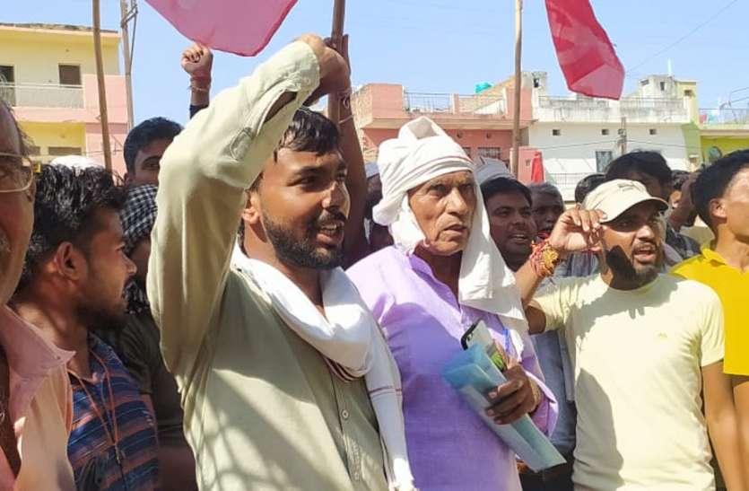 खाद की किल्लत: किसानों ने किया तहसील कार्यालय पर प्रदर्शन