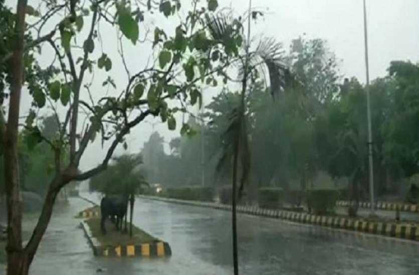Delhi Weather News Updates Today: दिल्ली में आज हल्की बारिश के आसार, आईएमडी ने जारी किया अलर्ट