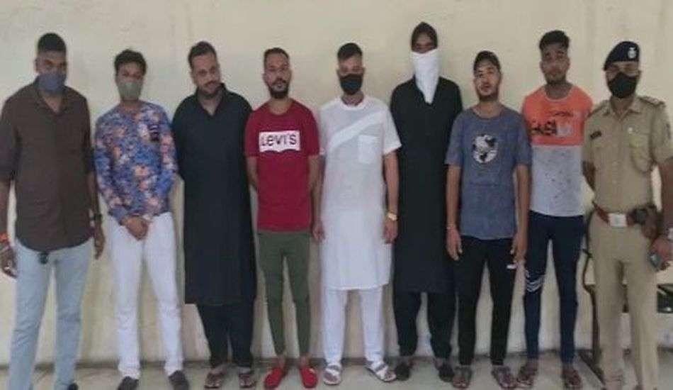 Knight curfew in surat : समाजकंटको ने बार बाला के साथ लगाए ठुमके, सात गिरफ्तार