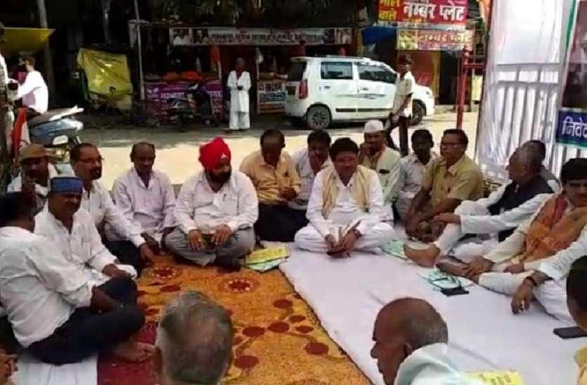 महंगाई और प्रियंका गांधी की गिरफ्तारी के मुद्दे पर कांग्रेस का धरना
