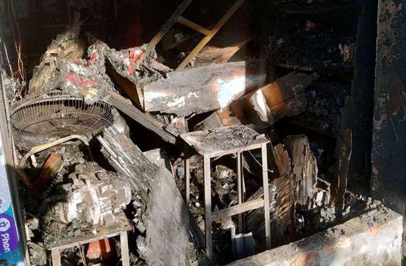 दुकान में आग लगने से लाखों रुपए के पार्ट्स जले