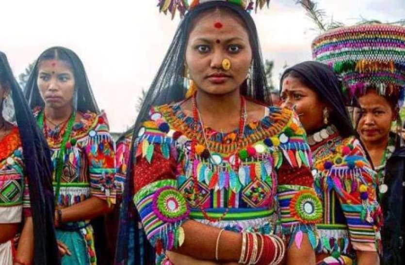 Weird Tradition of Tharu Tribe Women: पैरों से आगे बढ़ाकर खाने की थाली परोसने की अजीबोगरीब परंपरा है यहां