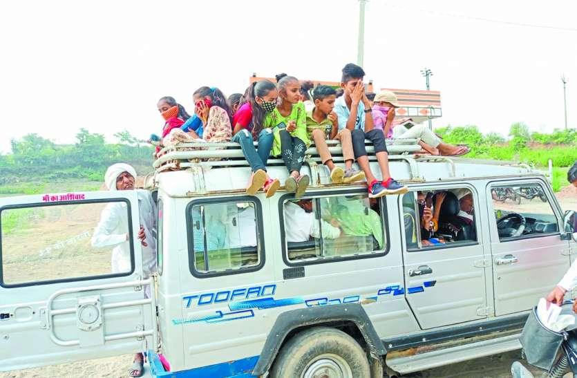 क्षमता से अधिक सवारियां, छत पर बच्चे, फिर भी पुलिस ने नहीं रोका