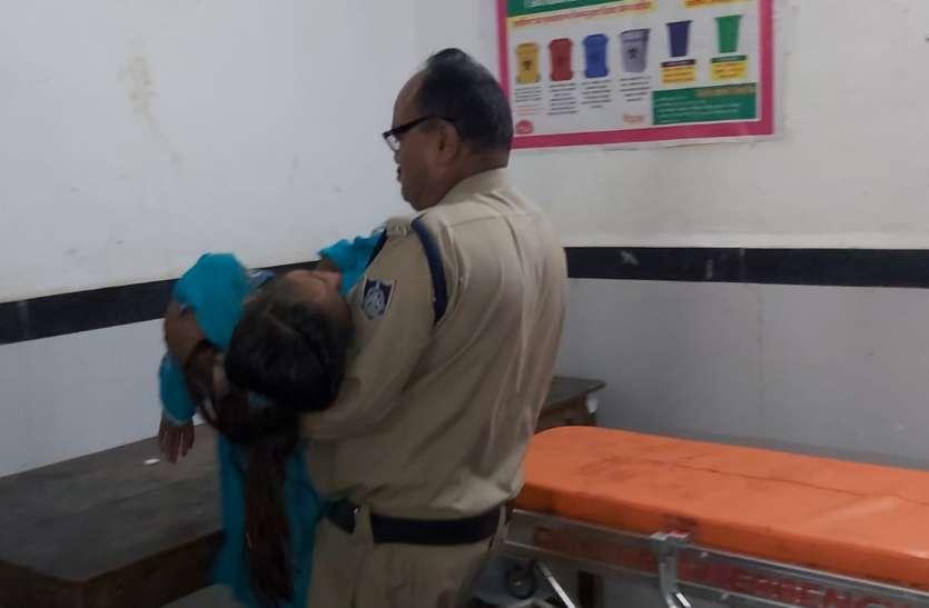 दुर्घटना में घायल छात्रा को नहीं मिला स्ट्रेचर तो आरक्षक ने गोद में उठाकर पहुंचाया