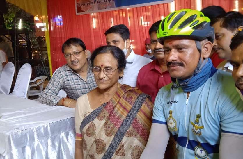 Prayagraj: 16 सौ किलोमीटर विंग कमांडर ने क्यों चलाई साइकिल, जानिए खास वजह