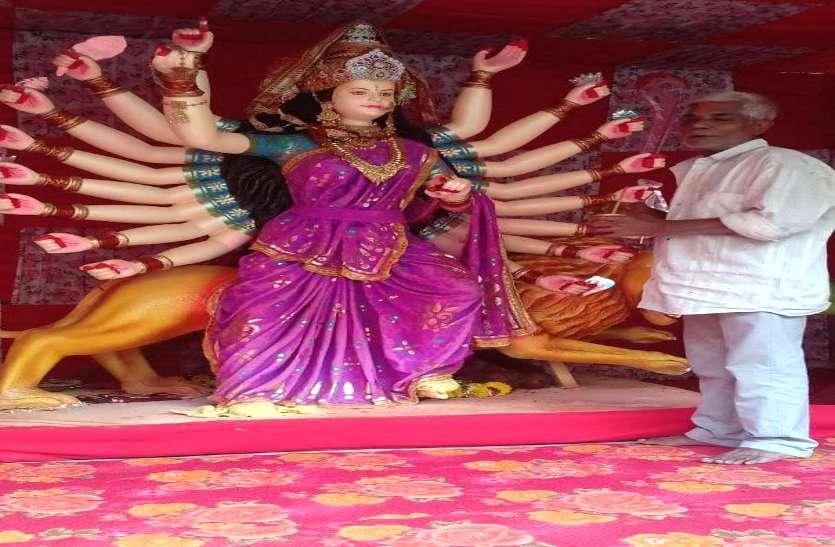इस दुर्गा पंडाल में है अनोखी परंपरा, 37 सालों से रोज बदलता है माता का श्रृंगार, 7 घंटे खड़े रहकर पेंटर बदलता है चुनरी