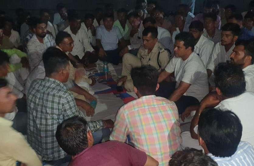 बाड़मेर : रिफाइनरी के बाहर रात  में धरना, स्थानीय लोगों ने मांगी रोजगार में प्राथमिकता