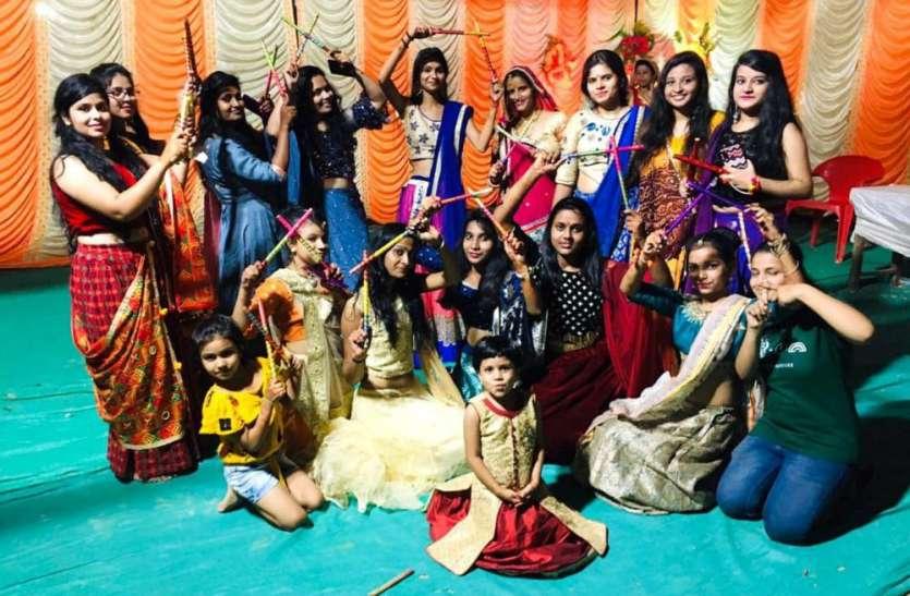 डांडिया महोत्सव में महिलाओं व युवतियों ने देर रात तक खनकाए डांडिए