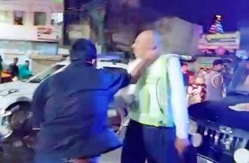 अलीगढ़ में आॅटो का किराया न देने वाले पुलिसकर्मी को दौड़ा—दौड़ाकर पीटा, वर्दी फाड़ी