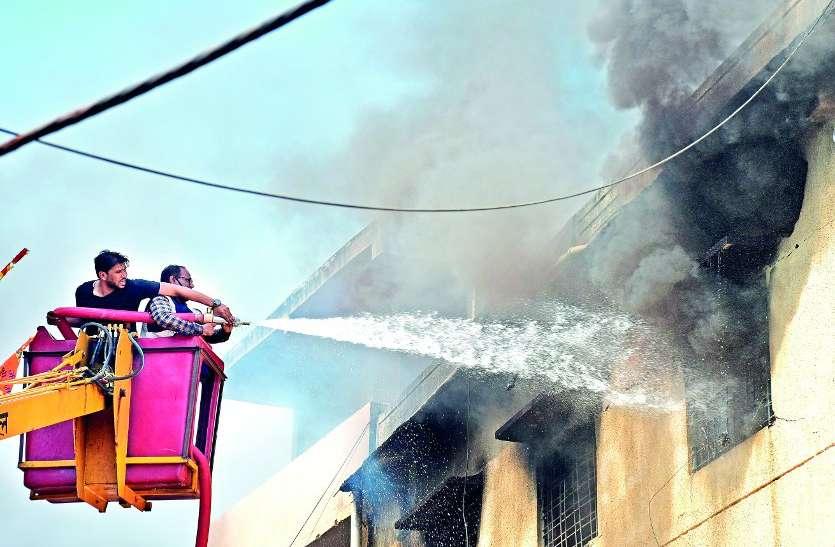 क्रॉॅकरी फैक्ट्री में भीषण आग, पांच किलोमीटर दूर तक दिखा धुआं...