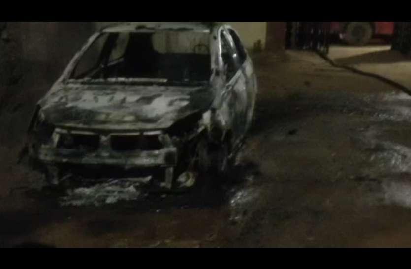 पहले पक्ष ने बाइक जलाई, दूसरे पक्ष ने दो कार को किया आग के हवाले