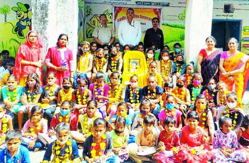 नवरात्र : 51 कन्याओं का किया पूजन