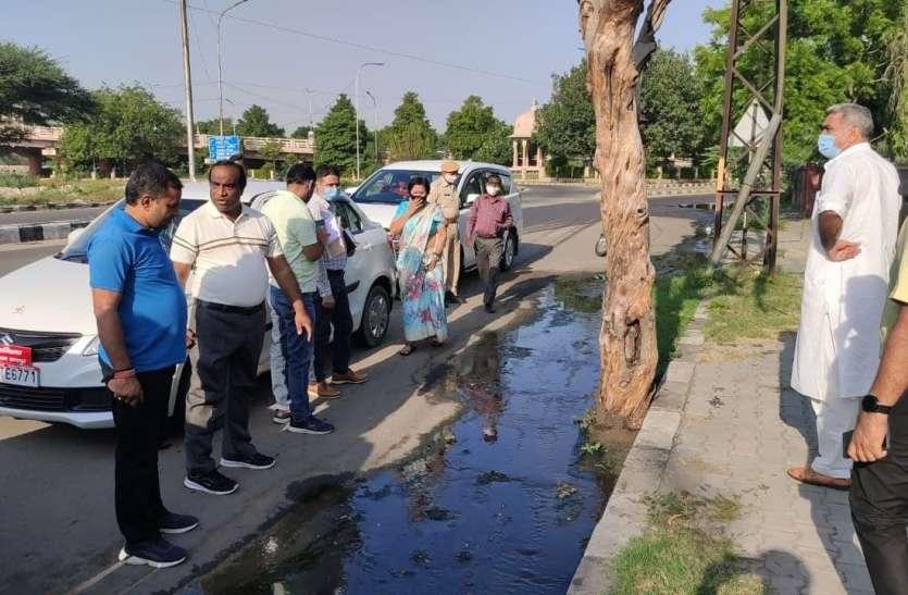 कचरे के ढेर, सड़क पर बहता सीवर का पानी देख...महापौर का माथा ठनका
