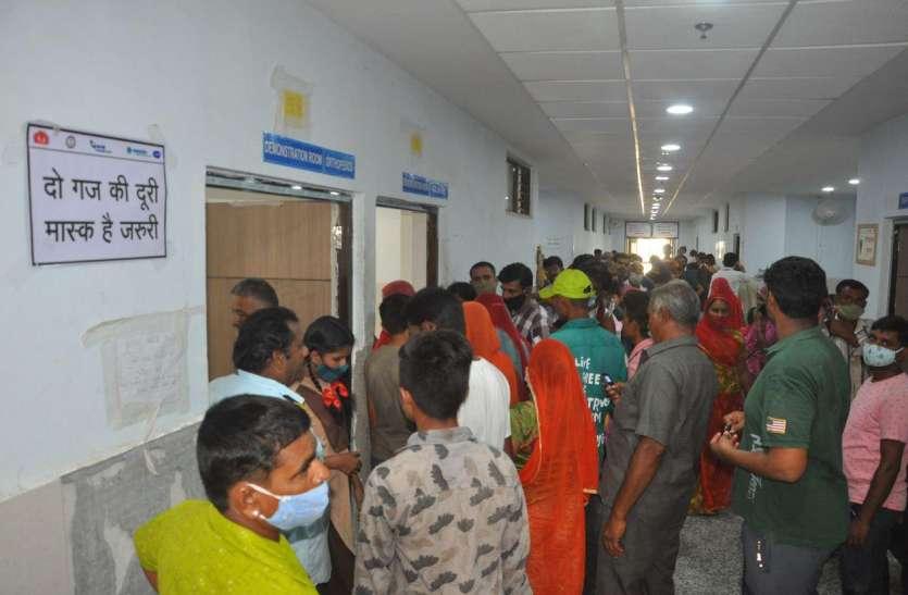 बाड़मेर : अस्पताल में मरीजों की भरमार, पर्ची, ओपीडी और जांच, हर जगह सैकड़ों की कतार