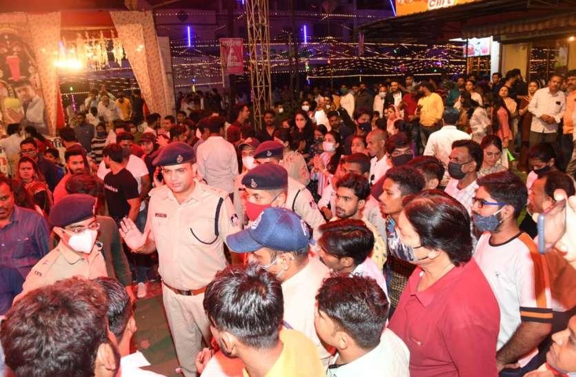 दुर्गा पूजा पंडालों में आधी रात पहुंचे एसपी, ड्यूटी पर तैनात ऐसे मिले पुलिस के जवान- देखें वीडियो