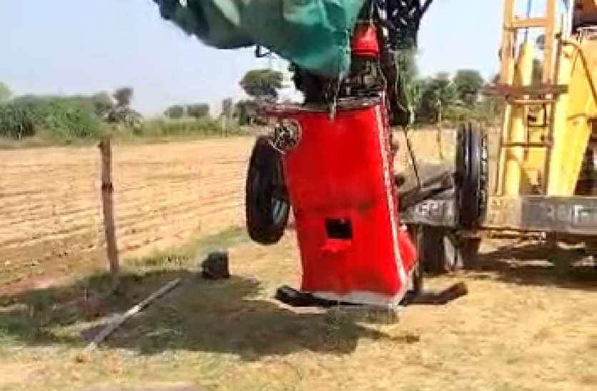 ट्रैक्टर समेत चालक बिना मुण्डेर के कुएं में गिरा
