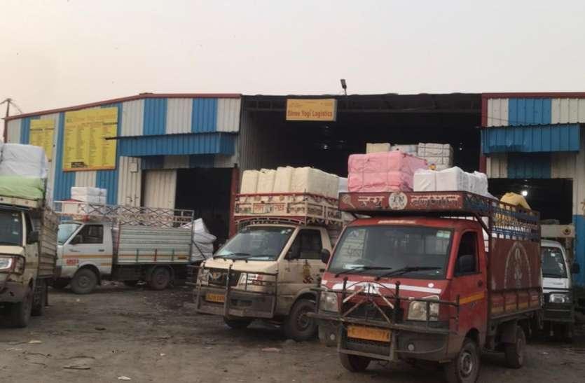SURAT KAPDA MANDI: दो माह पहले 40 ट्रक, अब रोजाना की संख्या हो गई 400