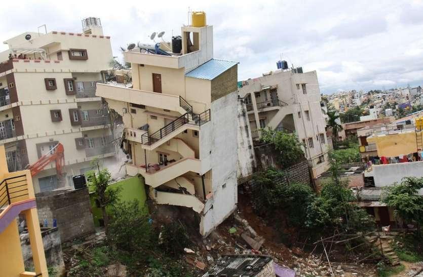 तीन मंजिला भवन का झुक गया था एक हिस्सा, दो भवनों को ढहाया, सात परिवार स्थानांतरित