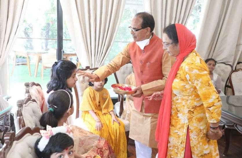 दुर्गा नवमी पर मुख्यमंत्री ने किया कन्या पूजन, कराया भोज